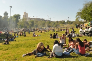 Israelis picnicking and barbecuing in Jerusalem's Gan Sacker Park on a country's Independence Day. (Sophie Gordon / Flash 90 )